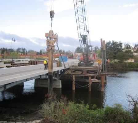2014 04 14 removing work bridge pile